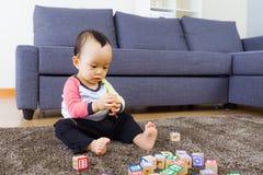 Младенец играя блок игрушки стоковые фото