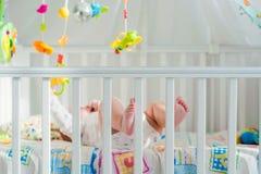 Младенец играя в шпаргалке стоковая фотография rf