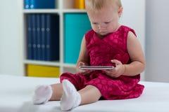 Младенец играя мобильный телефон Стоковое Фото