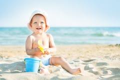 Младенец играя на море Стоковая Фотография