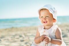 Младенец играя на море Стоковые Изображения