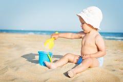 Младенец играя на море Стоковое Фото
