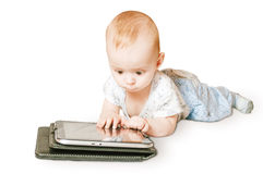 Младенец играя на таблетке Стоковое фото RF