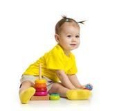 Младенец играя при красочная изолированная башня стоковая фотография rf