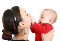 Младенец играя с матерью стоковая фотография rf
