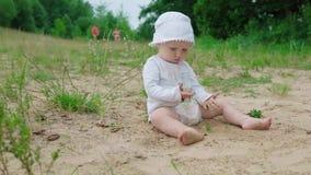 Младенец играя с песком акции видеоматериалы
