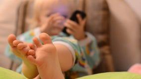Младенец играя с телефоном акции видеоматериалы