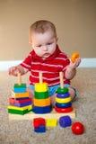 Младенец играя с штабелировать уча игрушку стоковая фотография rf