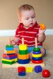 Младенец играя с штабелировать уча игрушку стоковое фото rf