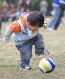 Младенец играя футбол Стоковое фото RF
