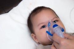 Младенец используя прокладку Стоковые Фотографии RF