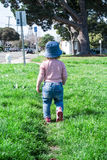 Младенец идет в расстояние Стоковая Фотография