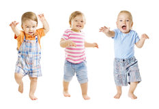 Младенец идет, смешное выражение детей, играя младенцев, белая предпосылка Стоковая Фотография RF