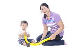 Младенец и мать играя воздушный шар стоковые изображения rf