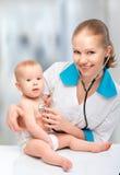Младенец и педиатр доктора. доктор слушает к сердцу с s Стоковое Изображение