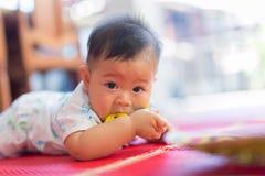 Младенец и резиновая игрушка Стоковое Изображение