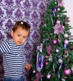 Младенец и рождественская елка Стоковые Изображения RF