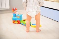 Младенец идя в пеленку стоковое изображение rf
