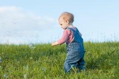 Младенец идя в траву Стоковая Фотография RF