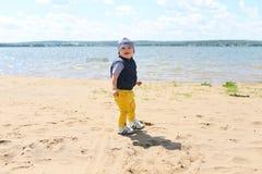 Младенец идя на берег реки Стоковая Фотография RF