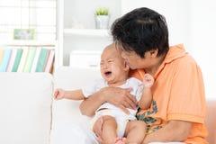 Младенец комфорта плача стоковые изображения