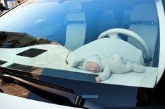 Младенец куклы в автомобиле Стоковые Фотографии RF