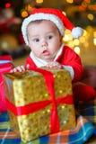 Младенец к крышке ` s Санта Клауса Стоковые Изображения RF