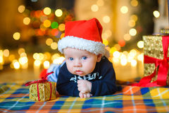 Младенец к крышке ` s Санта Клауса Стоковая Фотография RF