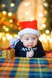 Младенец к крышке ` s Санта Клауса Стоковая Фотография