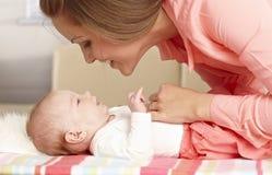 Младенец матери лаская стоковые фото
