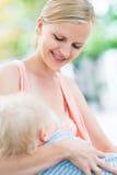 Младенец матери кормя грудью Outdoors Стоковая Фотография