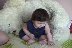 Младенец матери подавая видеоматериал