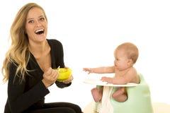 Младенец матери счастливый подавая стоковое фото rf