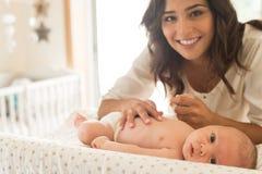 Младенец матери moisturizing Стоковые Фотографии RF