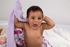младенец 7 месяцев старый зевая Стоковая Фотография RF
