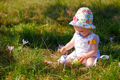 Младенец 7 месяцев с цветками Стоковые Изображения