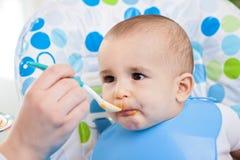 Младенец наслаждается подать стоковое изображение