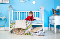 Младенец на кровати стоковые фотографии rf