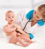 Младенец и педиатр доктора. доктор слушает к сердцу с s Стоковое Изображение RF