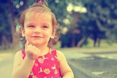 Младенец на предпосылке природы усмехаться ребенка счастливый Смеясь над ребенк идя на улицу в лете Стоковые Изображения RF