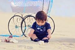 Младенец на пляже Стоковое фото RF