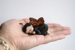 Младенец на руке матери Стоковая Фотография