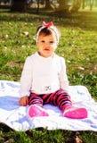 Младенец на солнечном луге Стоковое Изображение RF