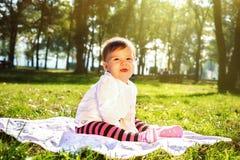 Младенец на солнечном луге Стоковое Изображение