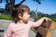 Младенец на стенде в парке Стоковое Изображение RF