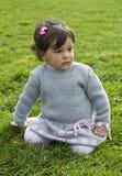 Младенец на траве стоковые изображения