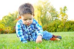 Младенец на траве Стоковая Фотография RF