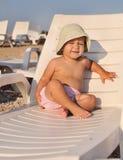 Младенец на lounger солнца стоковые изображения