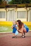 младенец обнимая мать Стоковые Фотографии RF