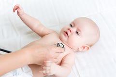 Младенец доктора рассматривая с стетоскопом Стоковое фото RF